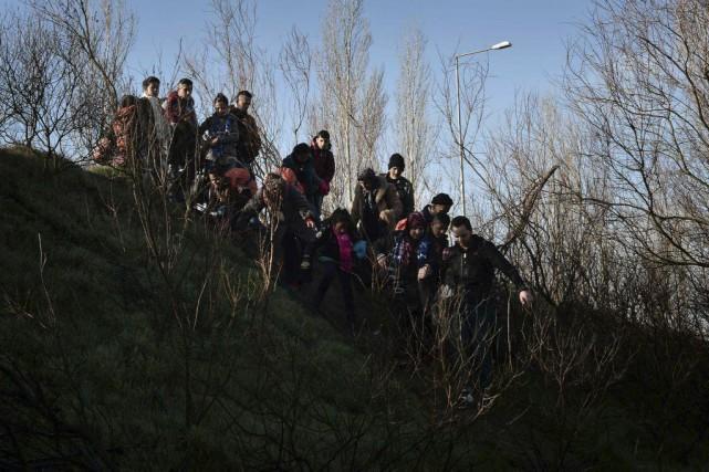 Il s'agit des premiers groupes de migrants qui... (PHOTO LOUISA GOULIAMAKI, AGENCE FRANCE-PRESSE)
