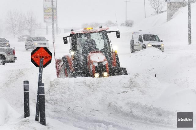 La tempête de neige tient les déneigeurs de... ((Photo Le Quotidien-Rocket Lavoie))