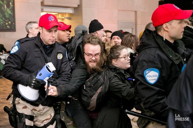 Peu avant 11 h, les policiers ont expulsé... (PHOTO DAVID BOILY, LA PRESSE)