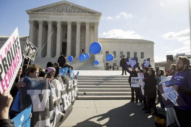 Manifestants pro-vie et pro-choix se font face devant... (PHOTO AFP)