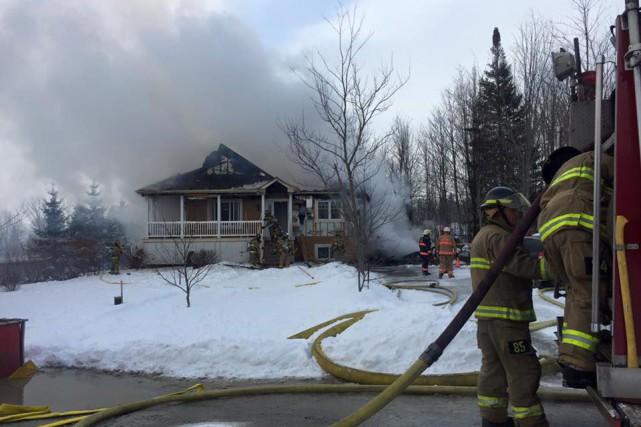 Un violent incendie a détruit une résidence unifamiliale située dans le secteur... (Spectre Média, Julien Chamberland)