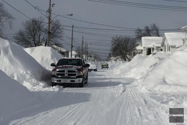 La neige s'accumule dans certaines rues de La... (Audrey Tremblay, Le Nouvelliste)