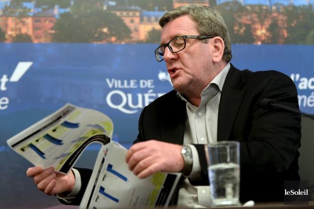 Le maire Régis Labeaume a brandi un sondage,... (Le Soleil, Erick Labbé)