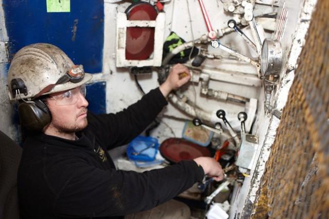 Un employé du Groupe Rouillier en pleine opération... (PHOTO FOURNIE PAR GROUPE ROUILLIER)