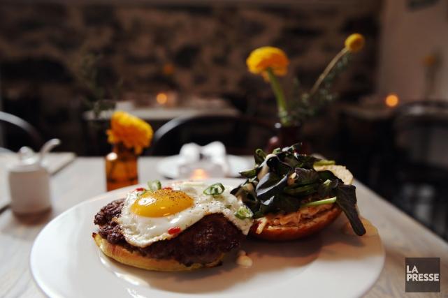 Le burger déjeuner du restaurant Petite Maison, du... (PHOTO MARTIN CHAMBERLAND, LA PRESSE)