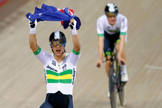 Sam Welsford savoure sa victoire en brandissant le... (PHOTO ANDREW WINNING, REUTERS)