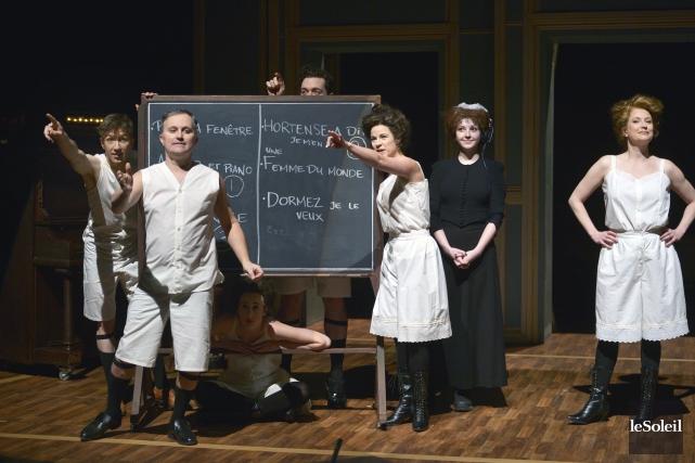 Les comédiens accueillent les spectateurs en sous-vêtements d'époque... (Le Soleil, Jean-Marie Villeneuve)