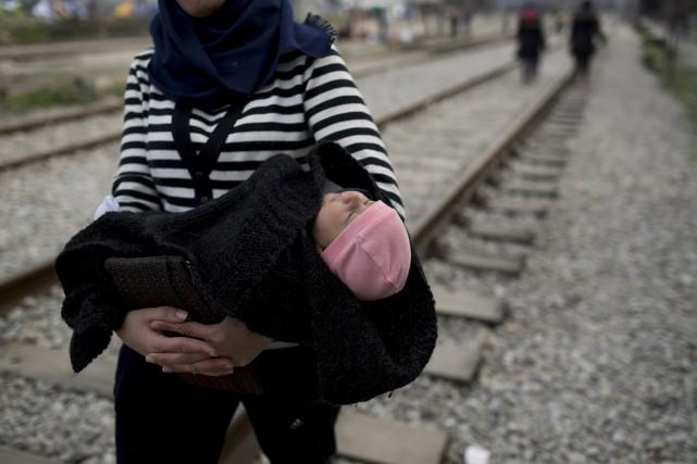 Plus de 11 000 personnes demeurent coincées du... (AP, Petros Giannakouris)