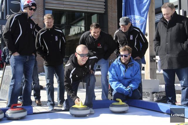 Le capitaine d'Équipe Canada, Pat Simmons, lance les... (Patrick Woodbury, LeDroit)