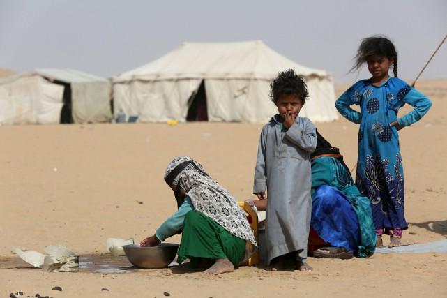Des enfants dans un camp de déplacsé, dans... (Photo Ali Owidha, Reuters)