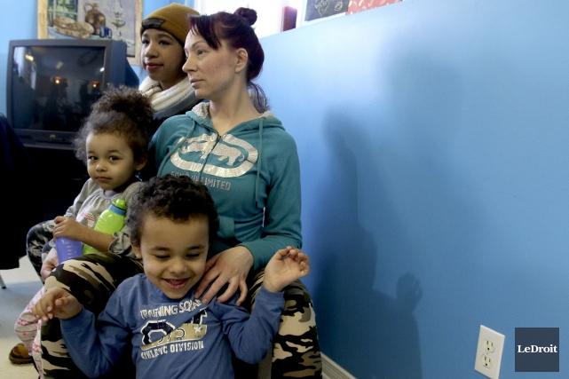 Sarah Léonard et ses enfants Lidya, Emerik et... (Patrick Woodbury, LeDroit)
