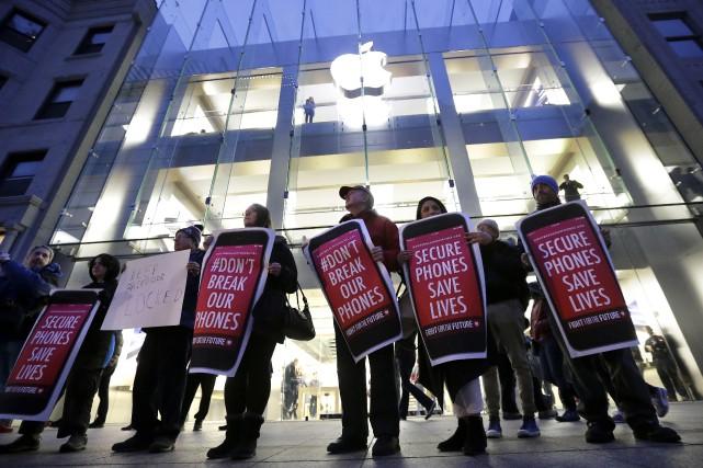 Des manifestants s'étaient rassemblés devant un magasin Apple... (AP, Steven Senne)