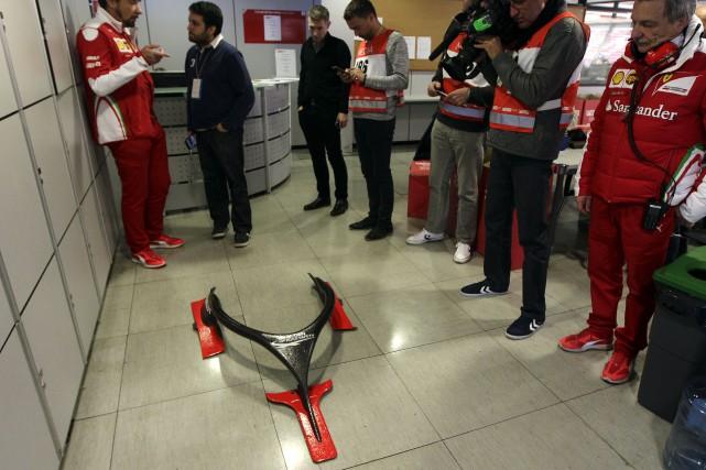 Les mécaniciens de Ferrari ont présenté le dispositif... (AP, Manu Fernandez)