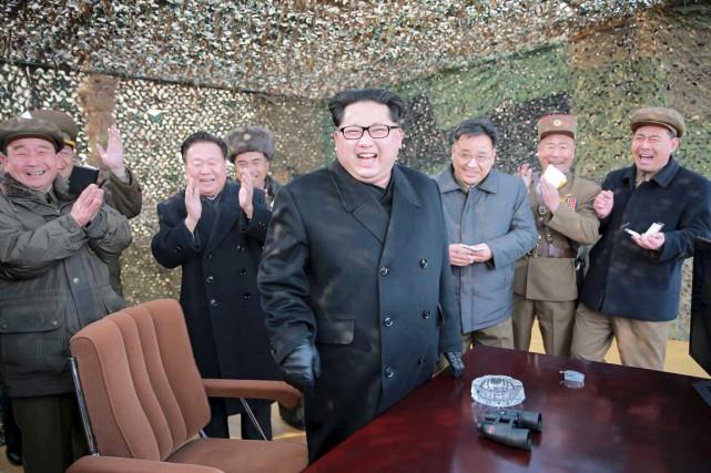 Le leader nord-coréen Kim Jong-un rit alors qu'il... (PHOTO REUTERS/KCNA)