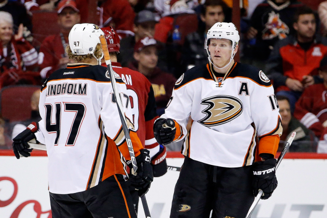 Corey Perry (à droite) a récolté trois points... (Photo Ross D. Franklin, AP)