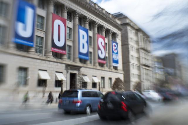 Les inscriptions hebdomadaires au chômage aux États-Unis ont reculé davantage... (PHOTO PAUL J. RICHARDS, ARCHIVES AFP)