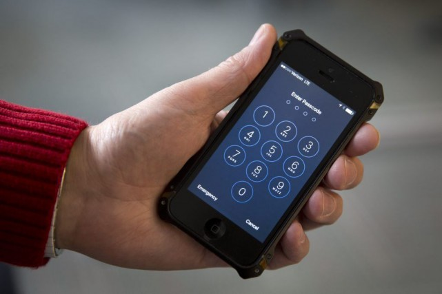Le FBI demande l'aide d'Apple pour déverrouiller l'iPhone... (Photo Carolyn Kaster, Archives AP)