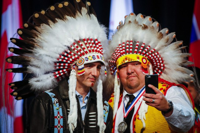 Les hôtes de M. Trudeau lui ont remis... (Photo La Presse Canadienne)
