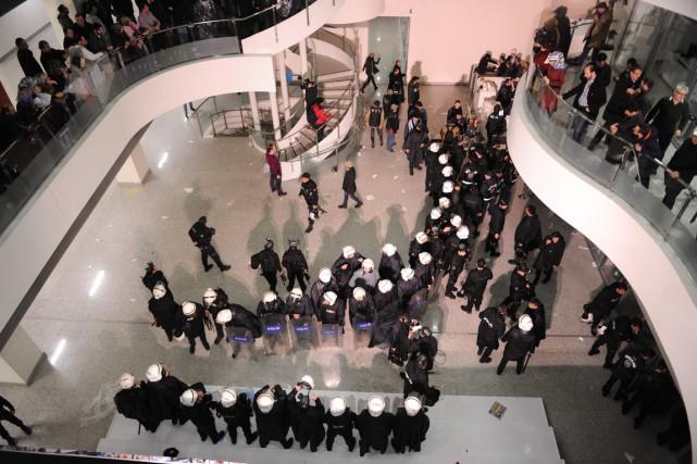 La police turque anti-émeute a pénétré dans les... (Photo AKIF TALHA SERTTURK, AFP)