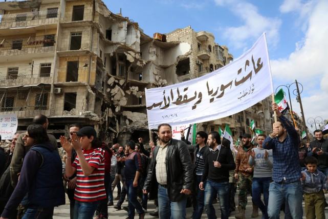 Des Syriens manifestent contre le régime d'Assad, dans... (Photo KARAM AL-MASRI, AFP)
