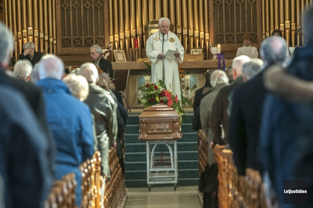 Sobres et émouvantes, les funérailles de l'homme ont... (Photo Le Quotidien, Michel Tremblay)