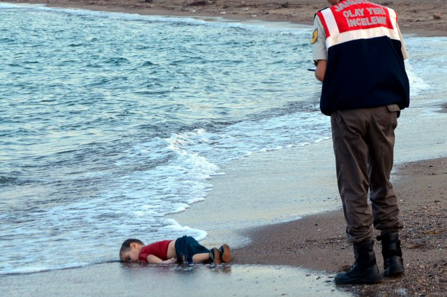 La mort du petit Alan Kurdi a secoué... (PHOTO Nilufer Demir, archives AP)