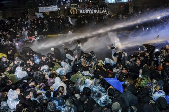 Les forces de l'ordre ont copieusement arrosé la... (PHOTO OZAN KOSE, AFP)