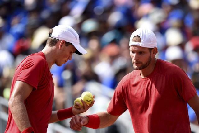 Le duo français a maîtrisé la paire canadienne... (Photo AFP)