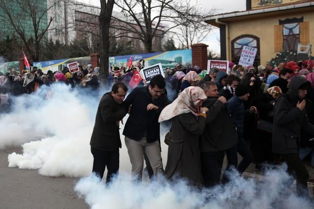 Les policiers turcs ont utilisé des gaz lacrymogènes... (PHOTO ASSOCIATED PRESS)