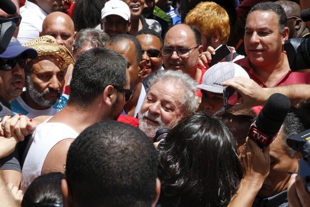Des centaines de partisans de Luiz Inacio Lula... (AP, Andre Penner)