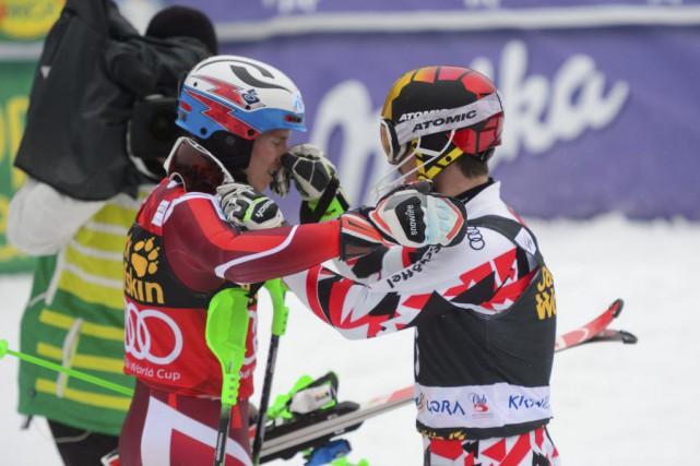 Le gagnant Marcel Hirscher (à droite) taquineHenrik Kristoffersen... (PHOTO JURE MAKOVEC, AFP)
