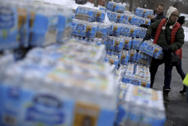 Des bénévoles distribuent de l'eau embouteillée à Flint.... (PHOTO JIM YOUNG, REUTERS)