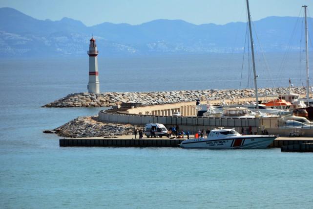 Les gardes-côtes, à l'aide de trois bateaux et... (Photo Huseyin Caliskan, Agence France-Presse)