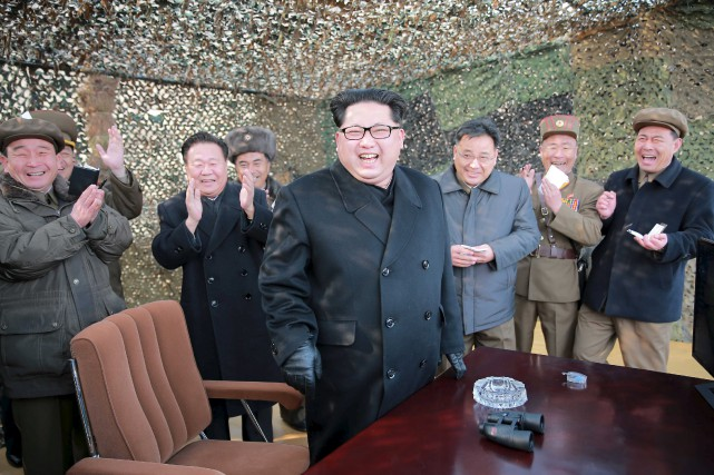 Le leader nord-coréen Kim Jong-un assiste au lancement... (Photo AFP)