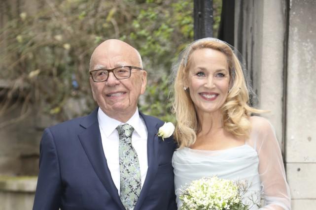 Rupert Murdoch portait un habit bleu foncé, tandis... (Associated Press)
