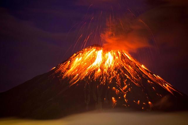 Le volcan projetait des roches jusqu'à 1,5 kilomètre... (Photo AFP)