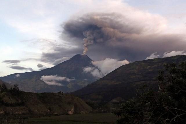 La colonne de cendres du volcan Tungurahua a... (AP, Dolores Ochoa)