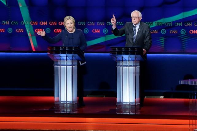 Les deux candidats, Hillary Clinton et Bernie Sanders,... (AP, Carlos Osorio)
