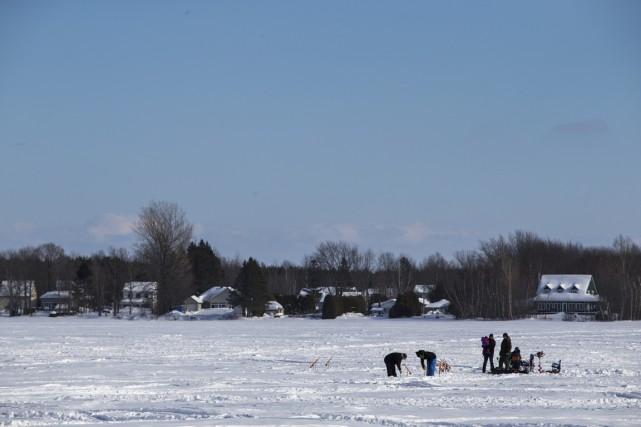 Seuls quelques pêcheurs profitaient du lac à la... (Olivier Croteau)