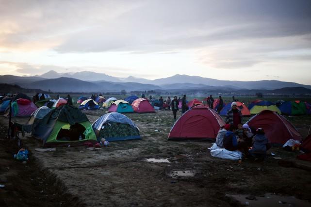 Des migrants à la frontière entre la Grèce... (Photo AFP)