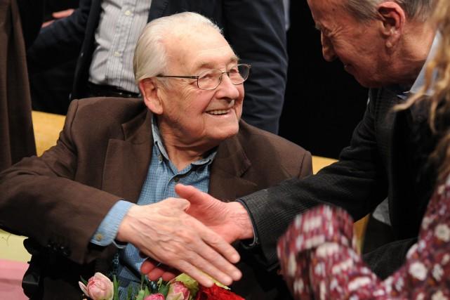 Andrzej Wajda serre la main d'un spectateur lors... (PHOTO AP)