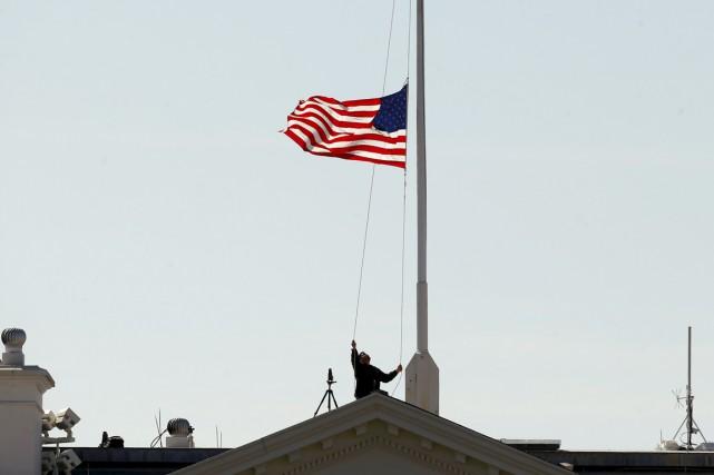 Le drapeau américain qui flotte normalement sur la... (PHOTO KEVIN LAMARQUE, REUTERS)