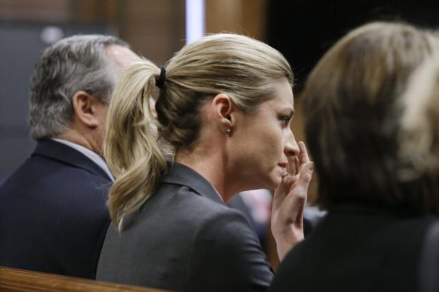 Erin Andrews essuie ses larmes après l'annonce du... (PHOTO MARK HUMPHREYS, AP)