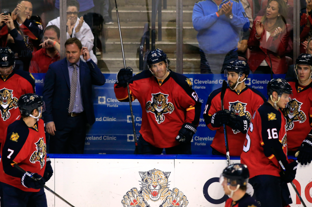 Jaromir Jagr (au centre) a salué la foule... (Photo Robert Mayer, USA Today)