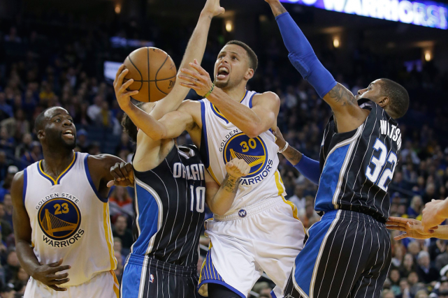 Stephen Curry (au centre) et les Warriors de... (Photo Marcio Jose Sanchez, AP)