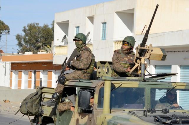 Des membres des forces spéciales tunisiennes patrouillent dans... (PHOTO FATHI NASRI, AFP)