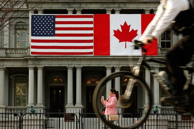 Les drapeaux américain et canadien sont bien tendus... (Photo Kevin Lamarque, Reuters)