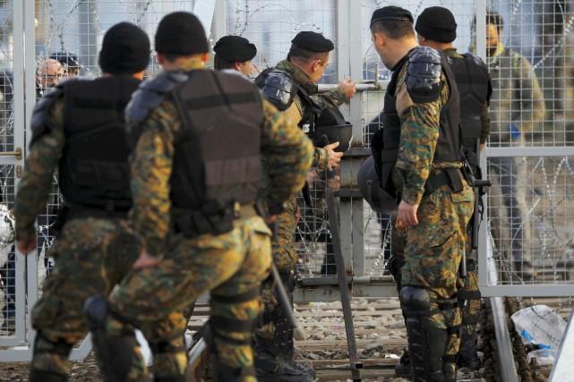 Des policiers macédoniens montent la garde à la... (PHOTO OGNEN TEOFILOVSKI, REUTERS)