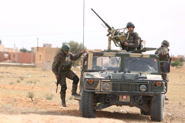 Des soldats patrouillent dans la région de Ben... (photo zoubeir souissi, reuters)