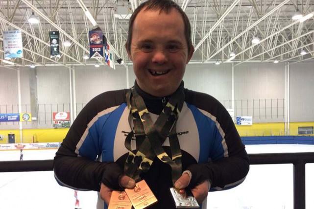 Manuel Laporte pose fièrement avec ses trois médailles....